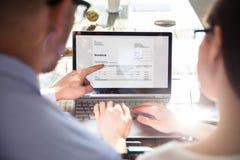 Dos empresarios que analizan la factura foto de archivo