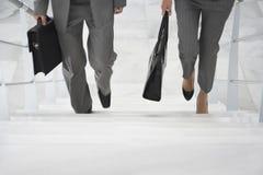 Dos empresarios que caminan encima de las escaleras Imagen de archivo