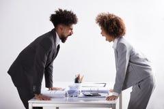 Dos empresarios que gritan en uno a foto de archivo libre de regalías