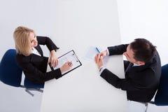 Dos empresarios que hablan con uno a Fotos de archivo