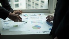 Dos empresarios que se encuentran discutiendo informe en la oficina