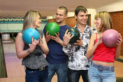 Dos en pares de los amantes se colocan con las bolas para el bowling Fotos de archivo