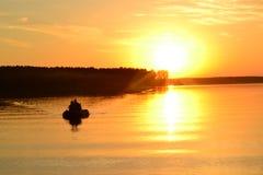 Dos en un tablero en la puesta del sol imagen de archivo