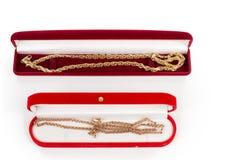 Dos encadenamientos del oro en rectángulos de regalo imágenes de archivo libres de regalías