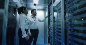 Dos encargados comprueban el hardware del servidor almacen de video