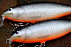 dos enchufes pesqueros flotantes hechos a mano de los señuelos foto de archivo