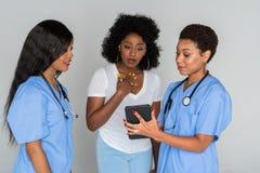 Dos enfermeras con el paciente Fotografía de archivo libre de regalías
