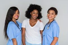 Dos enfermeras con el paciente Foto de archivo