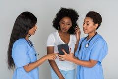 Dos enfermeras con el paciente Fotografía de archivo