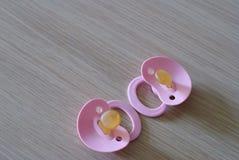 Dos entrerroscas rosadas del bebé imágenes de archivo libres de regalías