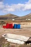 Dos envases en rojo y azul en paisaje volcánico Imágenes de archivo libres de regalías