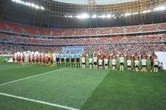 Dos equipos antes del partido Imagen de archivo