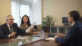 Dos equipos del negocio que negocian el contrato en la sala de conferencias de la oficina almacen de metraje de vídeo