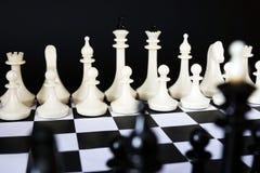 Dos equipos uno del ajedrez frente a otro Concepto de batalla que viene Imagen de archivo libre de regalías