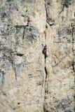 Dos escaladores en la pared de la montaña Foto de archivo libre de regalías
