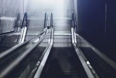 Dos escaleras móviles que van abajo Imagen de archivo libre de regalías