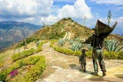 Dos esculturas acompa?an la vista del top de Panachi en Santander, Colombia foto de archivo