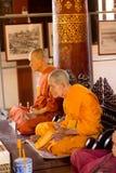 Dos esculturas de los monjes de la cera en templo budista en Chiang Mai, Tailandia Imágenes de archivo libres de regalías