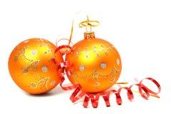 Dos esferas del Año Nuevo de oropel anaranjado del color y del rojo Foto de archivo libre de regalías