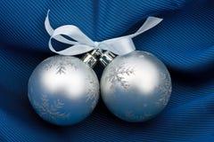 Dos esferas plateadas del piel-árbol Imagen de archivo libre de regalías