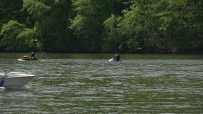 Dos esquiadores del jet en el río almacen de metraje de vídeo
