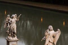 Dos estatuas de ángeles del puente de ángeles contra la perspectiva del río en Roma Fotos de archivo libres de regalías