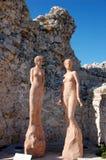 Dos estatuas del women en la tapa del Eze cultivan un huerto Fotos de archivo