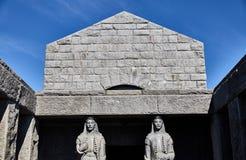 Dos estatuas en el mausoleo Parque nacional de Lovcen de la montaña montenegro fotos de archivo