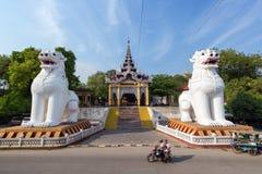 Dos estatuas gigantes en la entrada a la colina de Mandalay fotografía de archivo libre de regalías