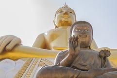 Dos estatuas grandes de Buda en Wat Hua Ta Luk, Nakorn Sawan, tailandés Foto de archivo libre de regalías