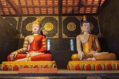 dos estatuas que se sientan Buda en Wat Chedi Luang Chiang Mai fotos de archivo libres de regalías