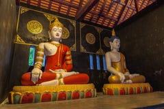 dos estatuas que se sientan Buda en Wat Chedi Luang Chiang Mai imagen de archivo libre de regalías