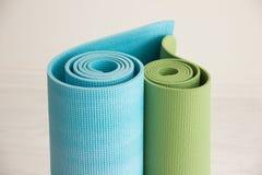 Dos esteras de la yoga apiladas en la forma de corazón Imágenes de archivo libres de regalías