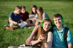 Dos estudiantes adolescentes con los auriculares Imágenes de archivo libres de regalías