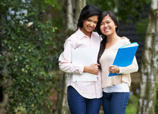 Dos estudiantes adolescentes femeninos al aire libre Fotografía de archivo libre de regalías
