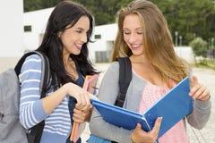 Dos estudiantes adolescentes hermosos Foto de archivo
