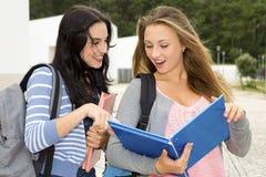 Dos estudiantes adolescentes hermosos Foto de archivo libre de regalías