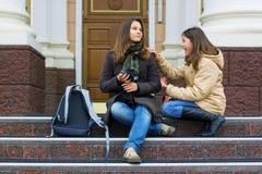 Dos estudiantes adolescentes jovenes. Imagenes de archivo