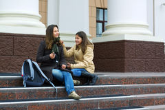 Dos estudiantes adolescentes jovenes entre las clases. Fotografía de archivo libre de regalías
