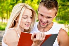 Dos estudiantes con el libro Imagen de archivo libre de regalías