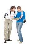 Dos estudiantes con el morral y el cuaderno. Imagenes de archivo