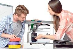 Dos estudiantes con la impresora tridimensional Fotografía de archivo libre de regalías