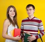 Dos estudiantes con los libros Fotos de archivo