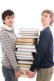 Dos estudiantes con los libros aislados en un blanco Imagen de archivo