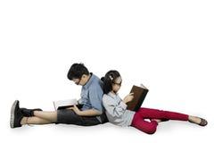 Dos estudiantes con los libros en el estudio Imagen de archivo