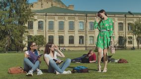 Dos estudiantes de hembras listos que tiranizan el est?pido metrajes