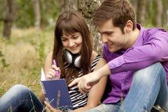 Dos estudiantes en la preparación que hace al aire libre Imagenes de archivo