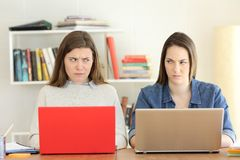 Dos estudiantes enojados que se miran con odio Fotografía de archivo libre de regalías
