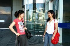 Dos estudiantes femeninos. Foto de archivo libre de regalías