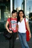 Dos estudiantes femeninos. Fotografía de archivo